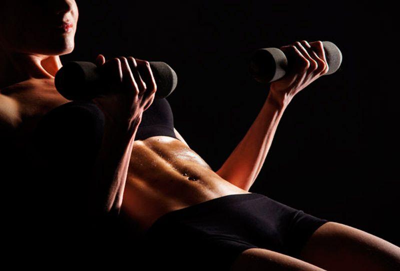 ¿Cuántas repeticiones se deben hacer en una rutina con pesas para mujer?