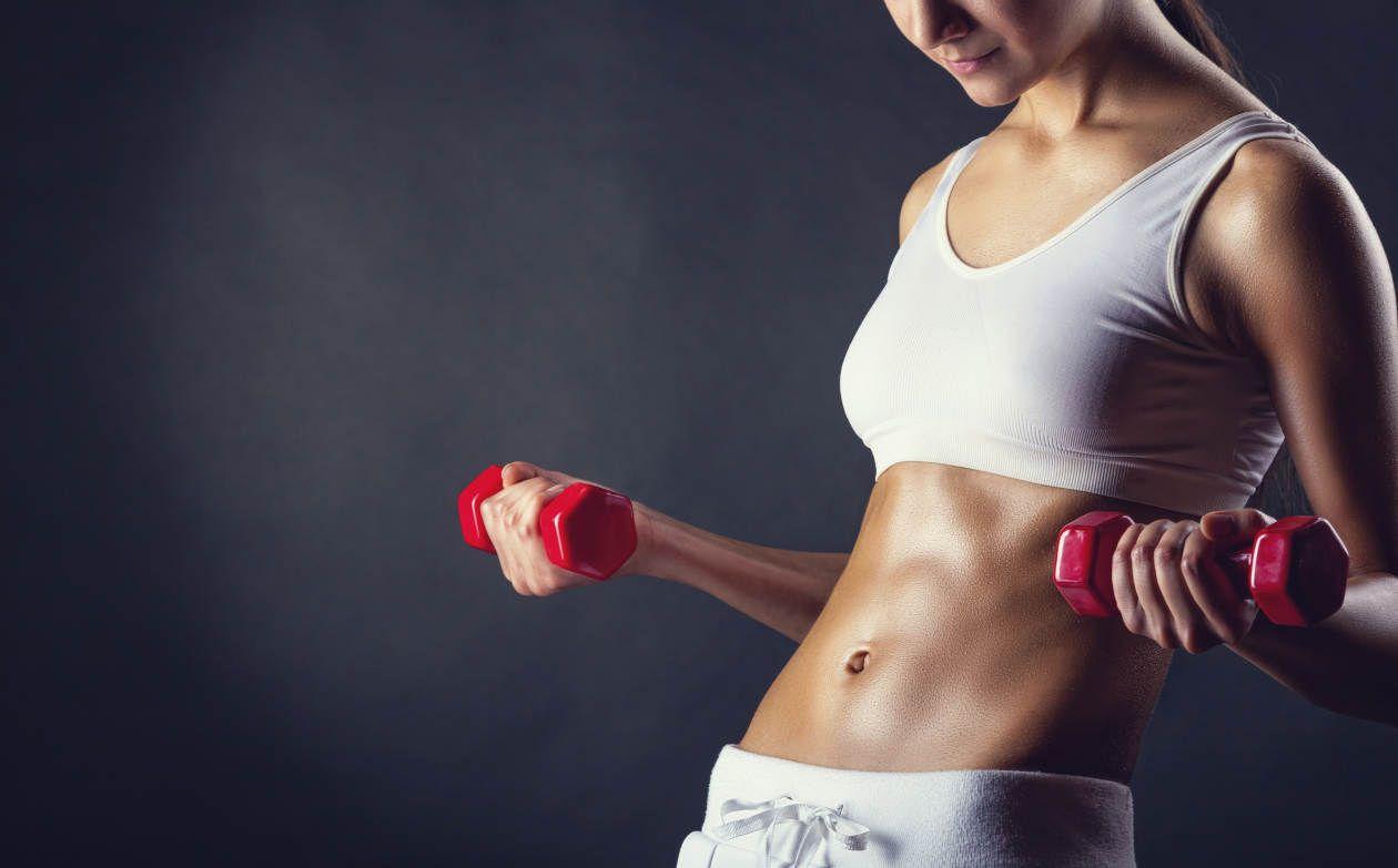 ¿Qué músculos debe entrenar una mujer en una rutina de pesas?